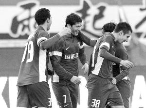 米利安(左二)本赛季首秀进球后队友前来祝贺,可惜塞尔维亚人即将离开舜天
