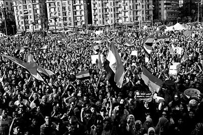 6月5日,示威者在埃及开罗解放广场参加集会。新华社发