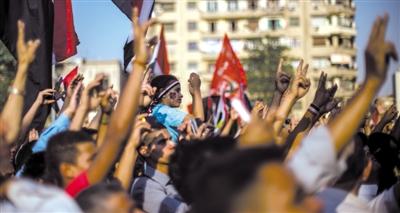 5日,开罗解放广场,示威者呼喊口号要求重新审判穆巴拉克。 新华社记者 李木子 摄