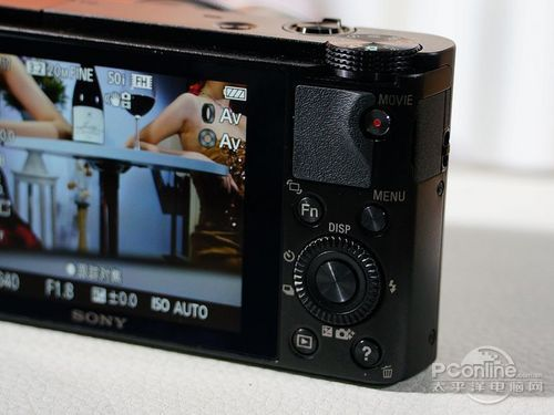 机身背面的功能按键和以往cybershot相机不同,增加了旋转盘,可以实现多种的设置调教,类似佳能中高端单反相机的操作。