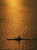 图文:《体育的力量》第一集 湖面上的单人艇