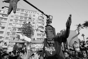 右图为民众继续抗议穆巴拉克案的判决结果。