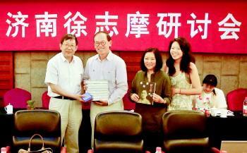 研讨会现场,韩石山左一向徐志摩的长孙徐善曾左二及其妻子右二、女儿赠书。吴文峰摄