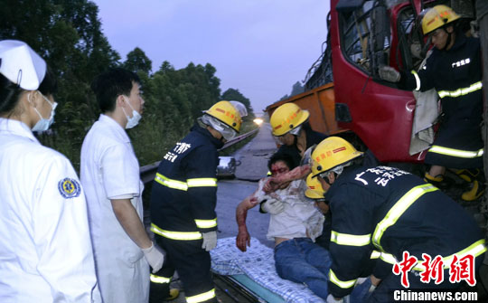 广东云浮消防支队云城大队接报后出动一个抢险救援编队赶往现场,经过对事故车辆车头的解体,20分钟后成功救出两名被困者,后经证实一名伤者在医院抢救中不治身亡。中新社发 黄耀辉 摄