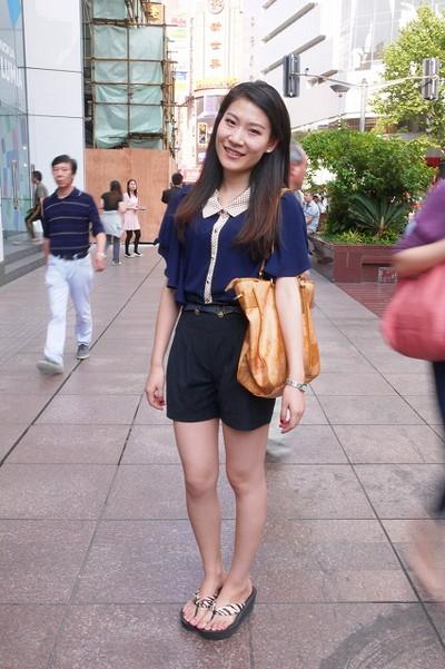 上海街拍夏日长裙短裤 分享街头实用配件
