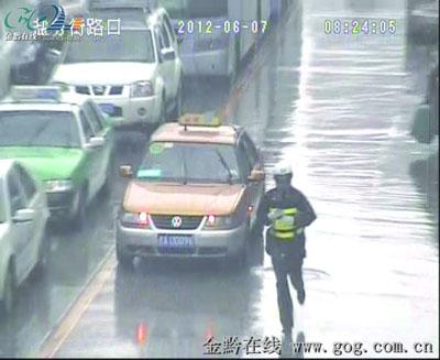 地球都哭了……孕妇的士车上即将临产 交警跑步为其出租车开道