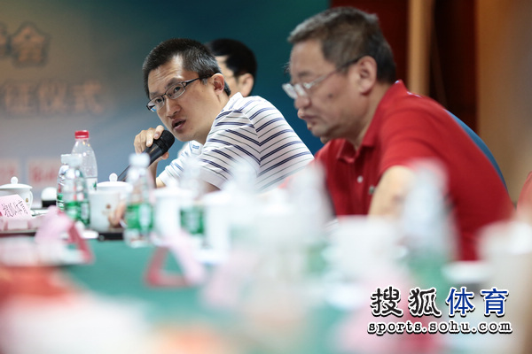 图文:搜狐奥运报道团成立 张艺在会上讲话