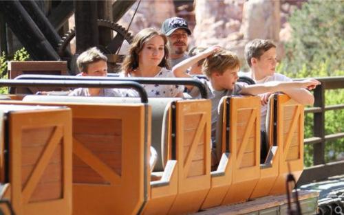 贝克汉姆一家在迪士尼游乐园。