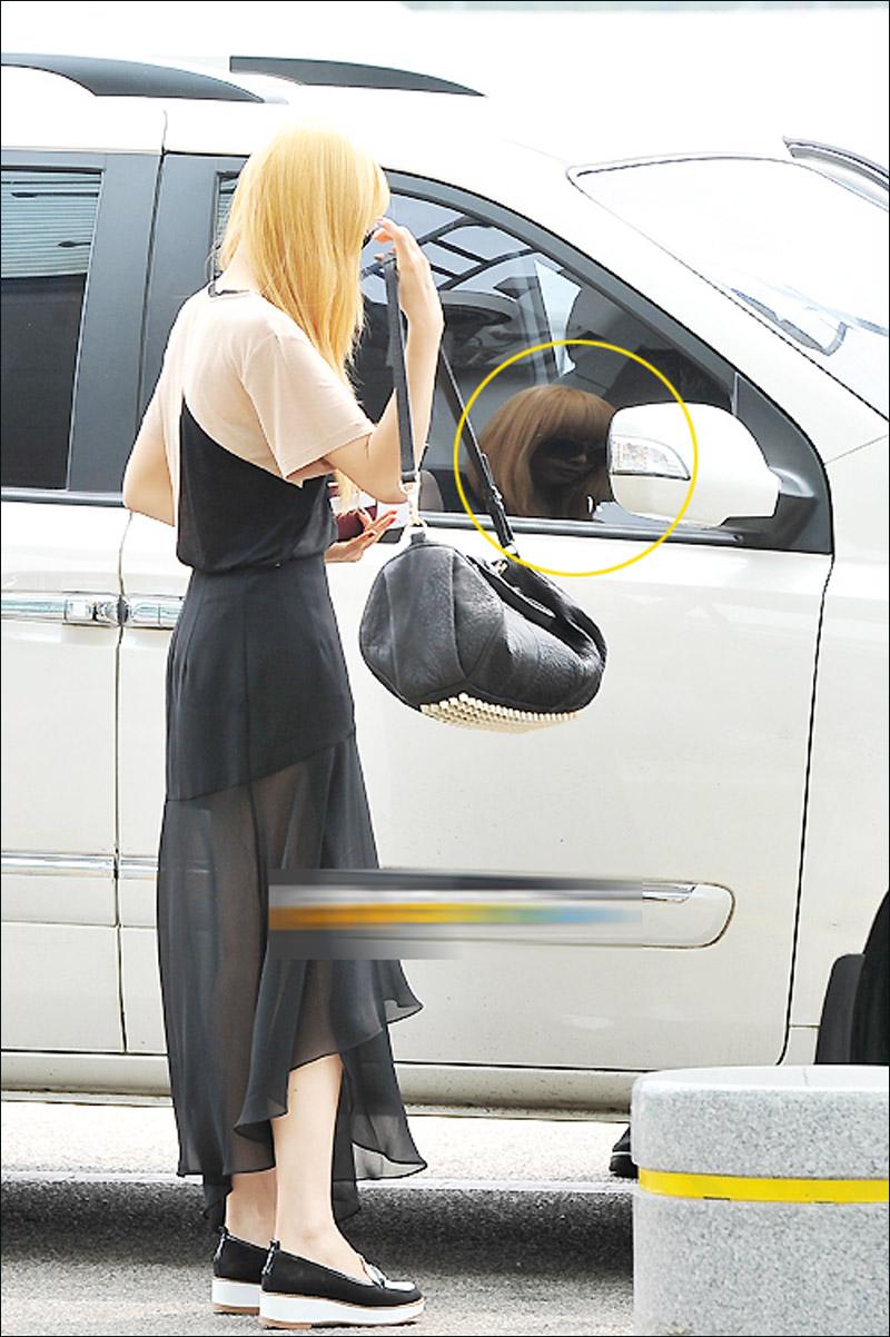 宋茜 雪莉/宋茜黑纱透视裙亮相机场与雪莉轻松打闹(高清组图)