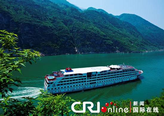 长江游轮_行驶在长江三峡中的豪华游轮