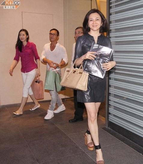 关之琳与甄子丹皮衣聚餐变粉丝连身美女秀美腿(图)连体情趣夫妇短裙