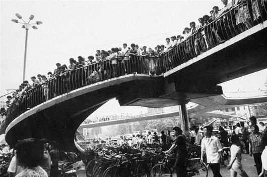 楚天金报讯 图为:图一,连通四方的钟家村人行天桥被拆除前近照,街道两旁高楼林立,商铺密布(资料图片)