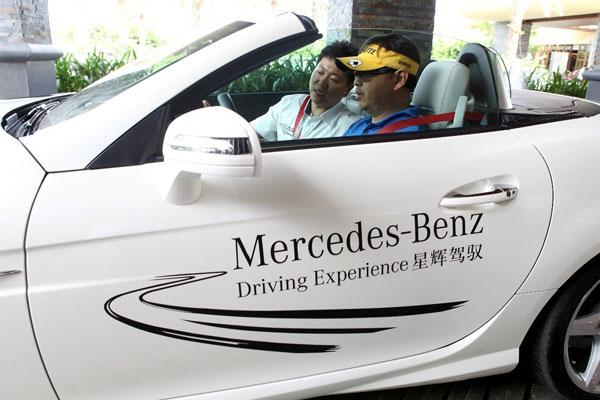 图8:参赛选手们在风景秀美的神州半岛试驾梅赛德斯-奔驰SLK级敞篷跑车