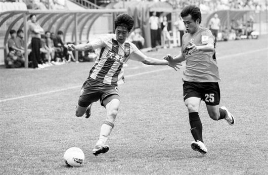 楚天金报讯 图为:卓尔队姜胜右在边路防守松江队球员
