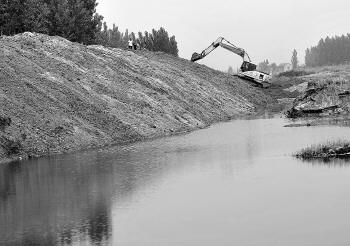 10日上午,两台挖沙的挖掘机仍在学生溺亡水面不远处作业。记者陈文进摄