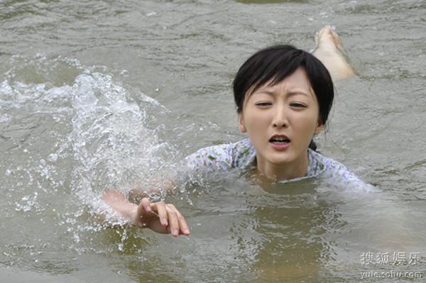 《童与莲》热拍水中美女何晴万思维演湿身诱鸳鸯祼体图片p图片