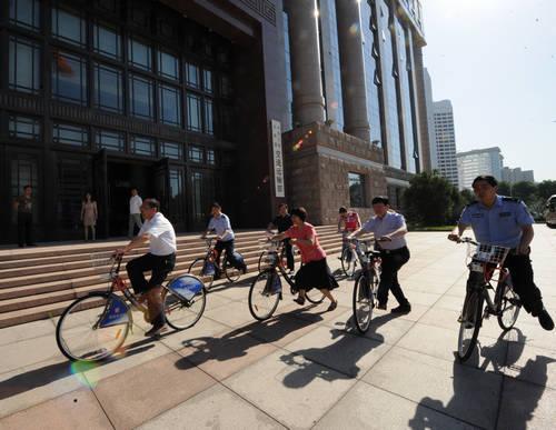 交通运输部职工试骑公共自行车