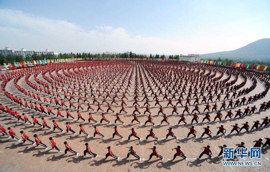少林寺塔沟武校举行万人武术表演 拼出巨幅国旗图案