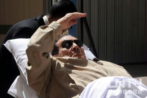 图为穆巴拉克6月2日抵达法庭
