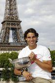 图文:纳达尔巴黎铁塔下展示奖杯 在巴黎铁塔下