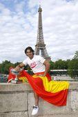 图文:纳达尔巴黎铁塔下展示奖杯 手拿国旗