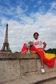 图文:纳达尔巴黎铁塔下展示奖杯 王者气概