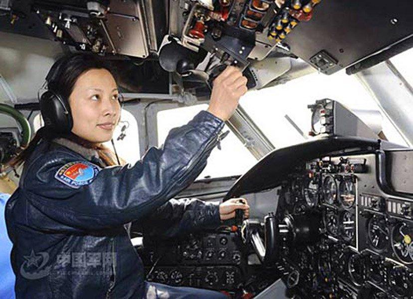 神舟九号航天员乘组3名航天员(2男1女)和3名预备航天员共6人10日集体亮相。女航天员刘洋(右三)和王亚平(左一)。