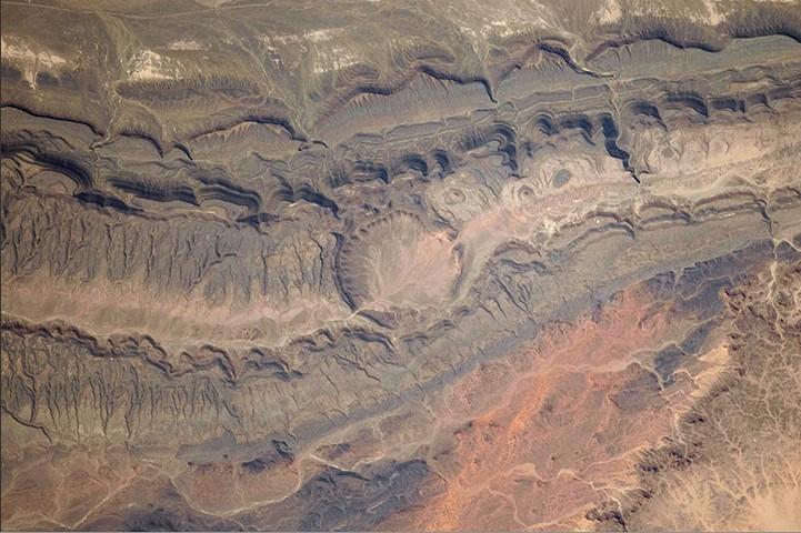 ou欧美激情网_西北阿尔及利亚,摩洛哥边境附近的ouarkziz陨石坑.