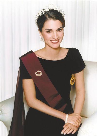 王室/约旦王后拉妮亚:她是难民的女儿,嫁入王室前在银行工作。