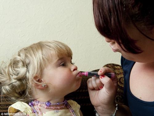 英两岁女孩参加选美大赛 化妆打扮引争议