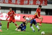 图文:[中超]长春1-0胜山东 曹添堡比赛中射门