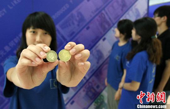 图为志愿者展示欧元。中新社发 陈超 摄