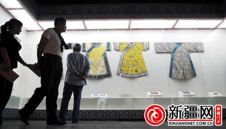 自治区/6月12日,在自治区博物馆展厅,市民正在观赏清朝后宫服饰。