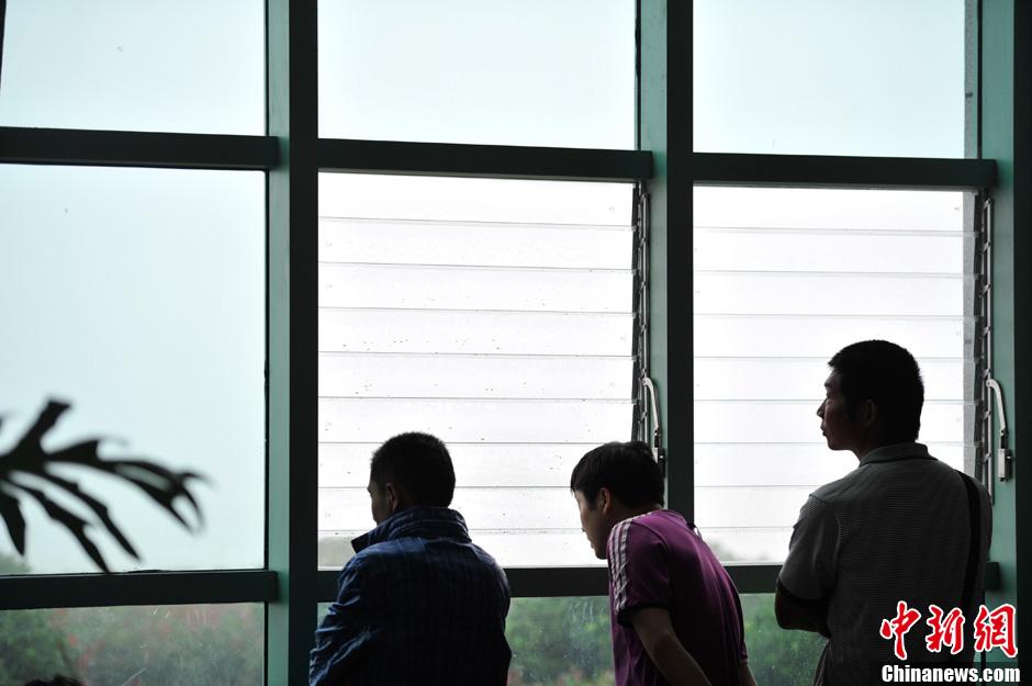 云南腾冲遭遇大雾航班延误 旅客滞留机场组图