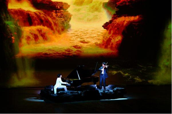 王馨怡正在演唱歌曲《北京欢迎你》。