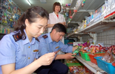 汶河工商所检查学校周边食品安全。资料图片