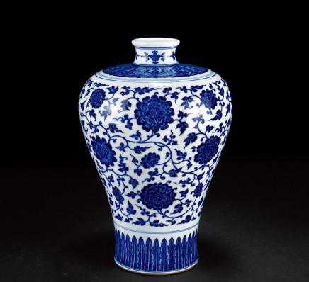 花卉 陆俨少/图片说明:乾隆青花缠枝花卉纹梅瓶