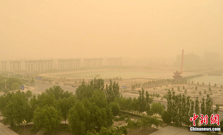 甘肃/6月13日上午,甘肃玉门市遭遇今年入夏以来首场浮尘天气袭击,...