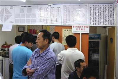 彩民到开出大奖的投注站购买彩票沾喜气。本报实习记者王德阳摄