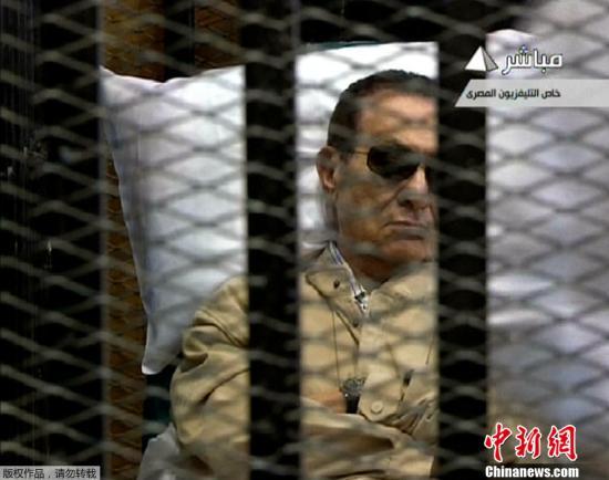 图为6月2日,穆巴拉克乘坐直升机从军方医院抵达开罗警察学院,转乘救护车抵达法庭外。