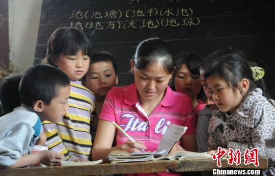 我和新来的女老师_贵州最小学校:一名女教师和八个娃的坚守图-搜狐滚动