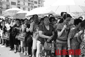 昨日,在外国语学校考点,陪考家长在门口扎堆。记者 郑涛 摄