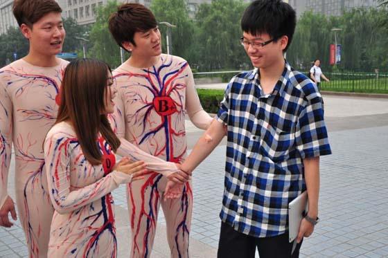 日本女人生裸体人体艺术�_《天籁之声》献血日宣传 歌手模拟\