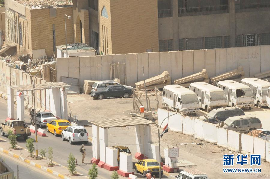 巴格达 安全/6月13日,在伊拉克首都巴格达,车辆排队通过一处安全检查站。