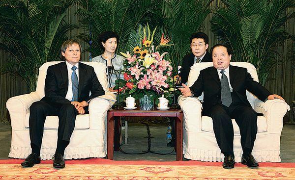 6月11日,周伯华在国家工商总局会见了来访的达契安・乔罗什一行。