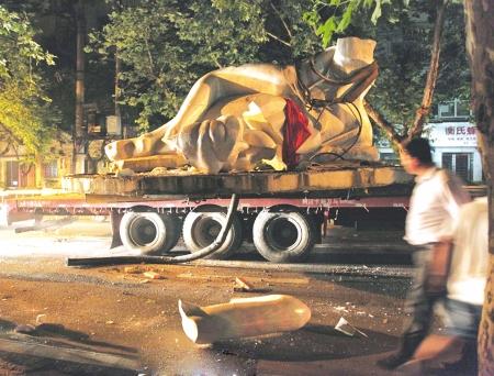 """13日凌晨,""""嘉陵江女神""""雕塑在运送途中损坏。(图由网友""""skyx52""""提供)"""