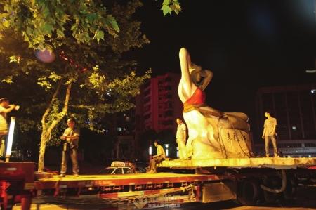 """13日凌晨,吊装""""嘉陵江女神""""雕塑。"""