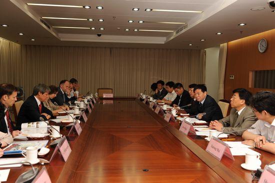 本网讯 6月13日上午,农业部副部长、中国农业科学院院长李家洋会见了欧盟委员会农业委员达契安・乔罗什一行,双方就进一步加强中欧农业科技合作深入交换了意见。