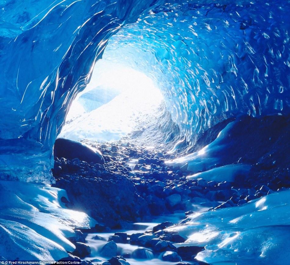 的照片_近日,摄影师拍摄了一组阿拉斯加州冰川下惊人冰穴的照片,令人大开眼界