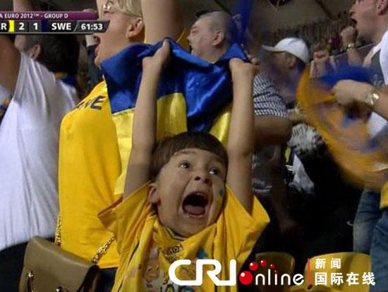 吉穆尔欢庆进球视频截图。